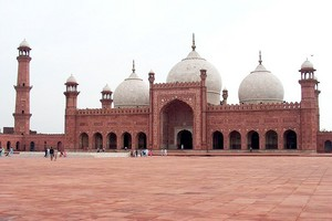 Badshahi Mosque July 1 2005 pic32 by Ali Imran (1)