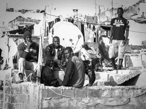 Migranterna som kommer till Marocko vill arbeta och skapa sig en ljusare framtid, men byråkratiska hinder och en växande rasism i det marockanska samhället håller dem kvar i ett allt djupare utanförskap.
