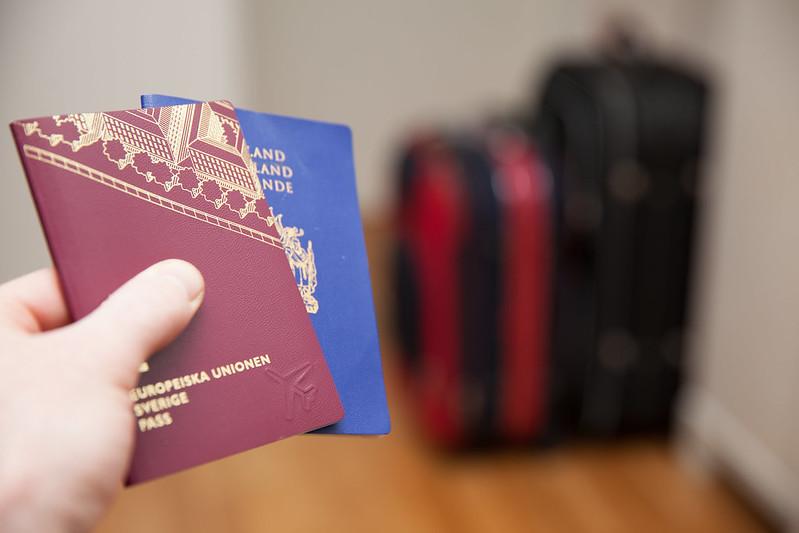Hand som håller i två pass