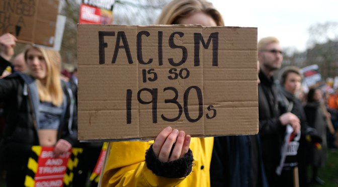 "Skylt med texten ""Fascism is so 1930:s"""